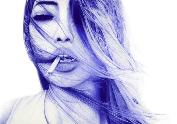 Ilustración realista a bolígrafo Bic azul de una chica con un pitillo en la boca