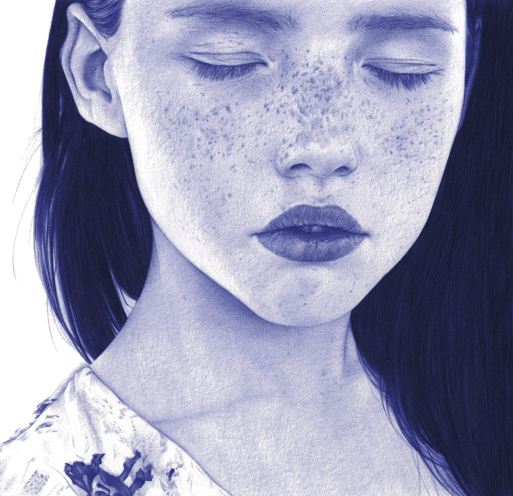 Ilustración realista a bolígrafo Bic azul de una niña con pecas y ojos cerrados