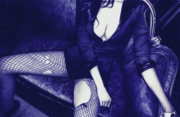 Ilustración realista a bolígrafo Bic azul de una chica sentada con las piernas abiertas