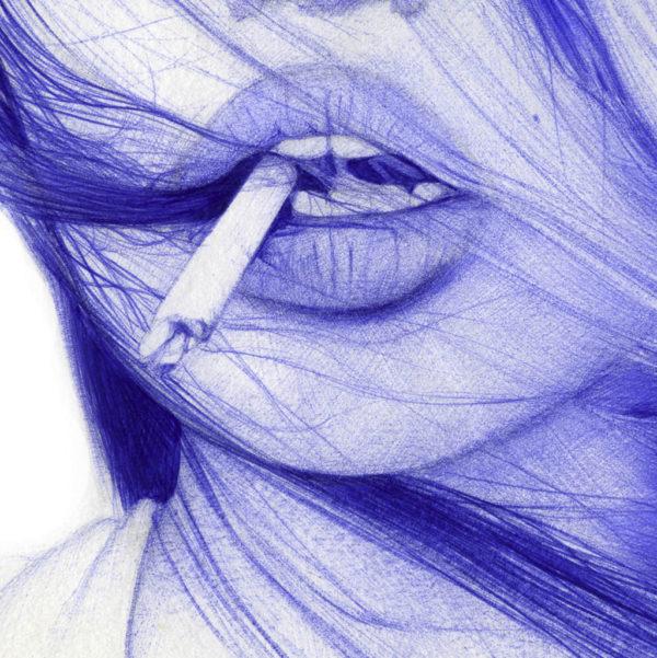 Detalle de ilustración realista a bolígrafo Bic azul de una chica con un pitillo en la boca