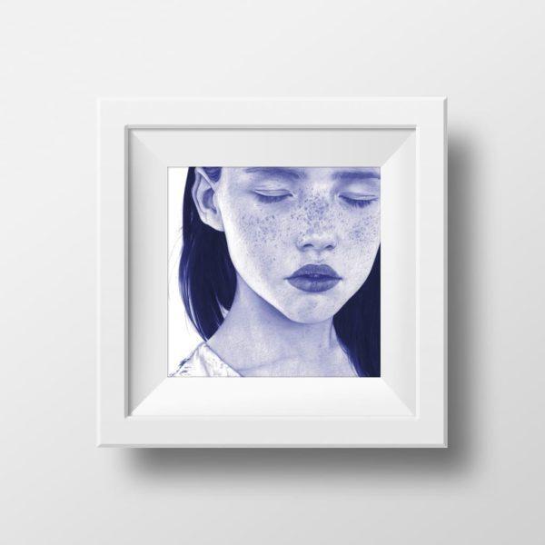 Mockup de ilustración realista a bolígrafo Bic azul de una niña con pecas y ojos cerrados