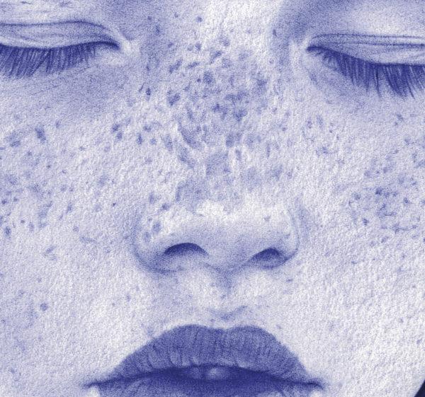 Detalle de ilustración realista a bolígrafo Bic azul de una niña con pecas y ojos cerrados