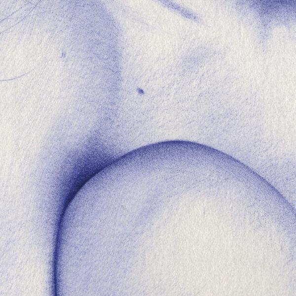 Detalle de ilustración realista a bolígrafo Bic azul de una chica sentada con estrellas en el pelo