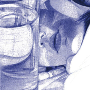 Detalle de ilustración realista a bolígrafo Bic azul de una chica acostada entre vasos de cristal