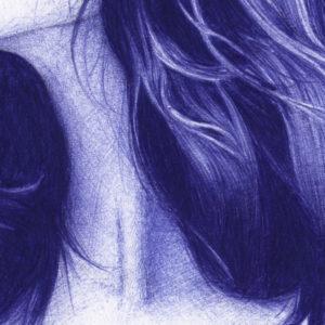 Detalle de ilustración realista a bolígrafo Bic azul de una chica con los ojos cerrados