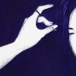 Detalle de ilustración realista a bolígrafo Bic azul de una chica en un club