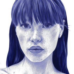 Detalle de una Ilustración realista a bolígrafo Bic azul de una chica con plantas que nacen de su cuerpo